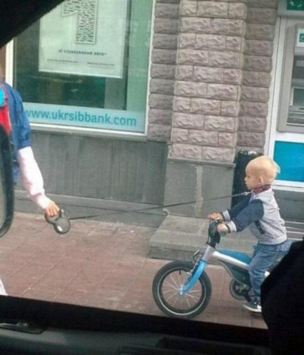 papá trae a su bebé de una correa