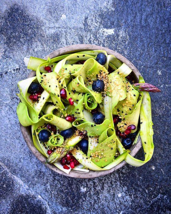tazón delicadamente acomodado con verduras, frutas y aguacate