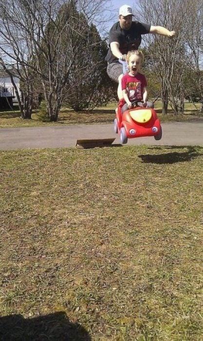 papá e hijo vuelan de rampa