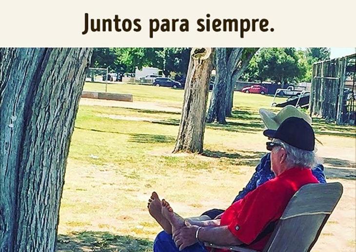 pareja de ancianos sentada en el parque