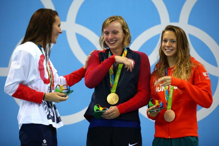 muchachas con estatuillas y medallas