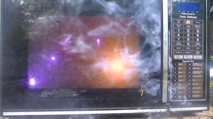 fuegos artificales dentro de microondas