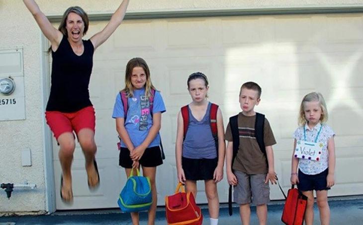 mamá feliz, hijos tristes con mochila