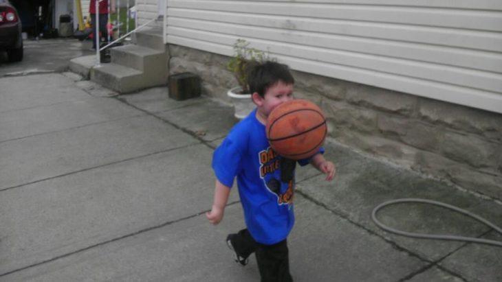 le dan con el balón en la cara a un niño