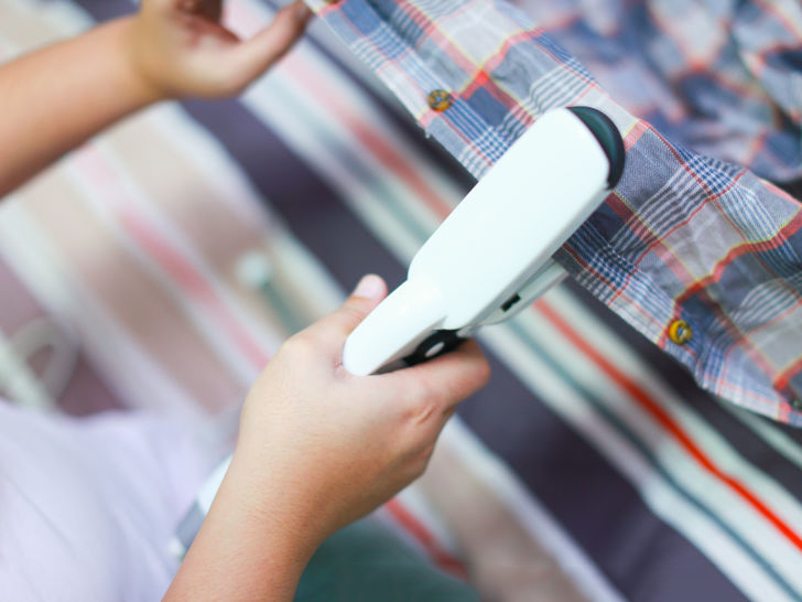 planchar ropa con plancha del cabello