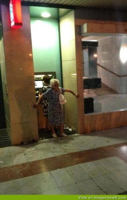 viejita tapando un cajero