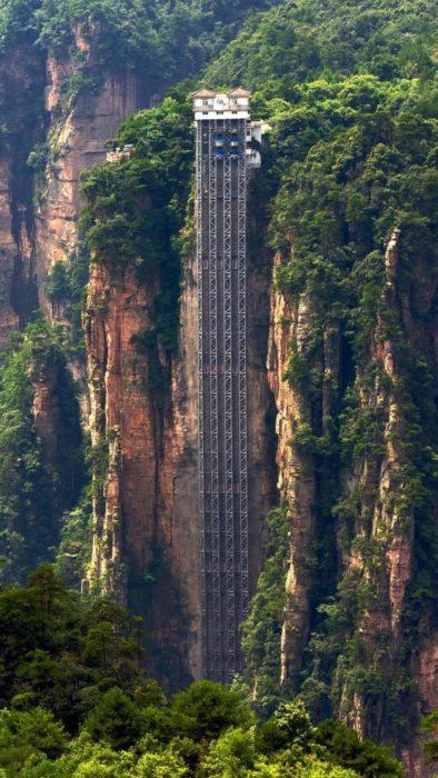 elevador muy alto en las montañas chinas
