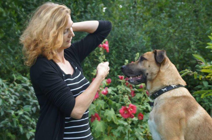 perro mujer y flor