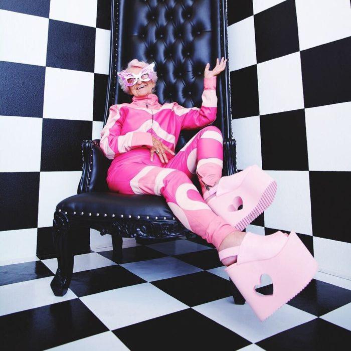 viejita vestida de rosa en un cuarto de ajedrez