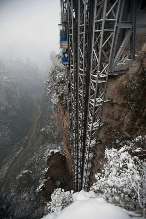elevador muy alto entre las montañas