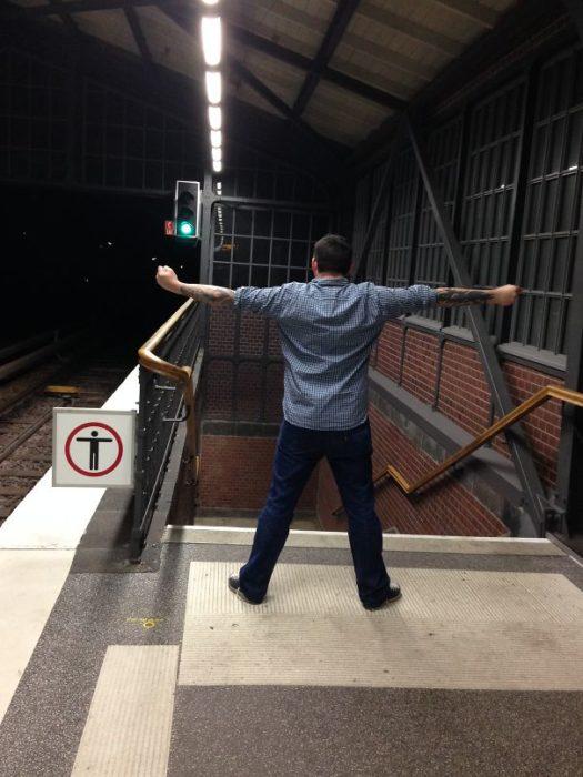 hombre con los brazos extendidos