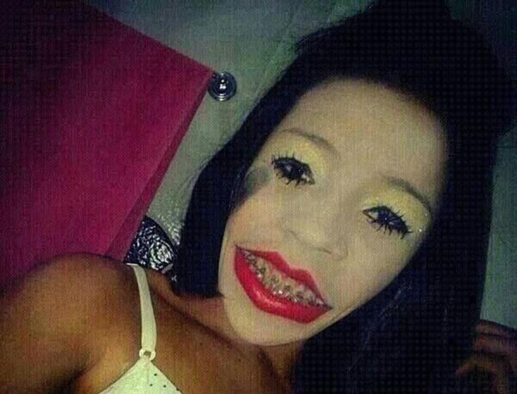 mujer maquillada de forma horrible