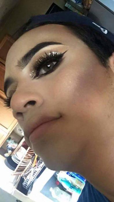 Selfie de hombre maquillado