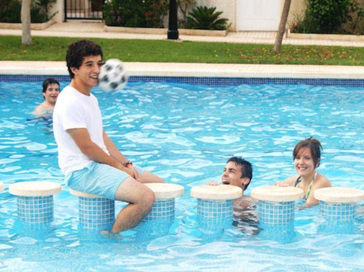 muchacho en piscina
