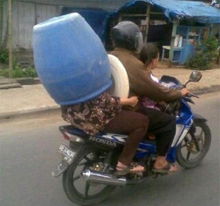 señora dentro de un tambo en una motocicleta