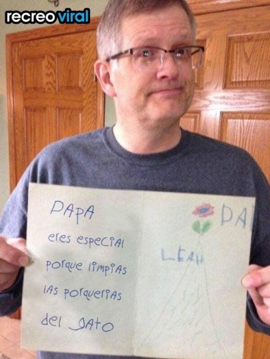 hombre sosteniendo una tarjeta hecha por un niño