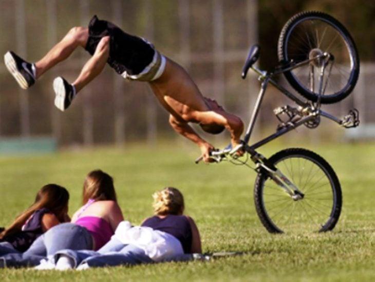 muchacho hace pirueta fallida de bicicleta