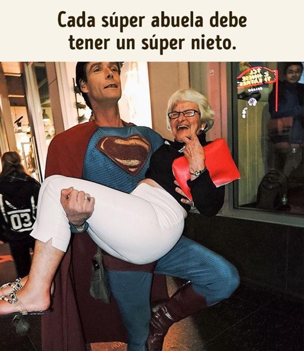 superman cargando a anciana