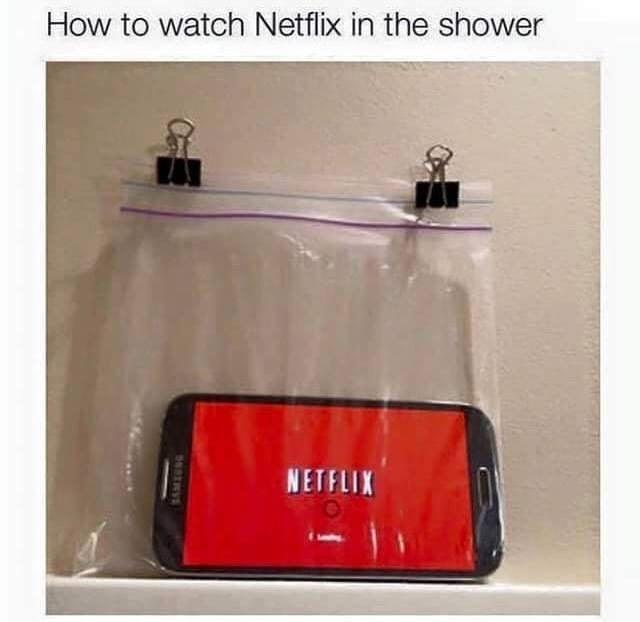 celular dentro de bolsa en una ducha