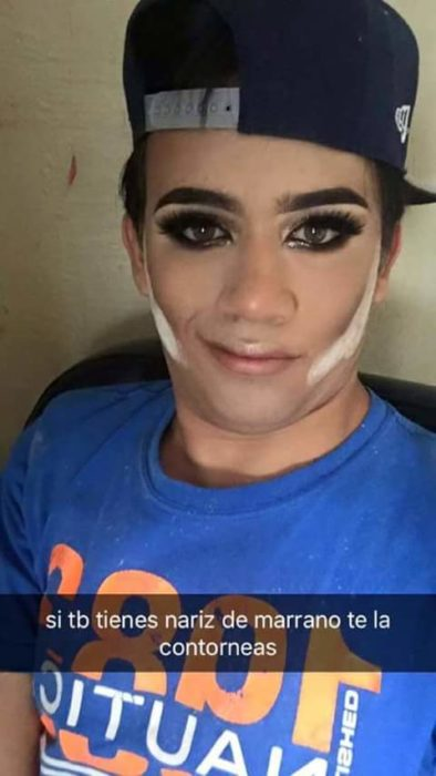 Selfie de hombre maquillado contornea nariz