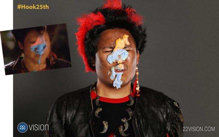 25 Aniversario Hook. Actor que personificó al lider de los Niños Perdidos recrea escena en donde pelean con comida y termina con betún en la cara