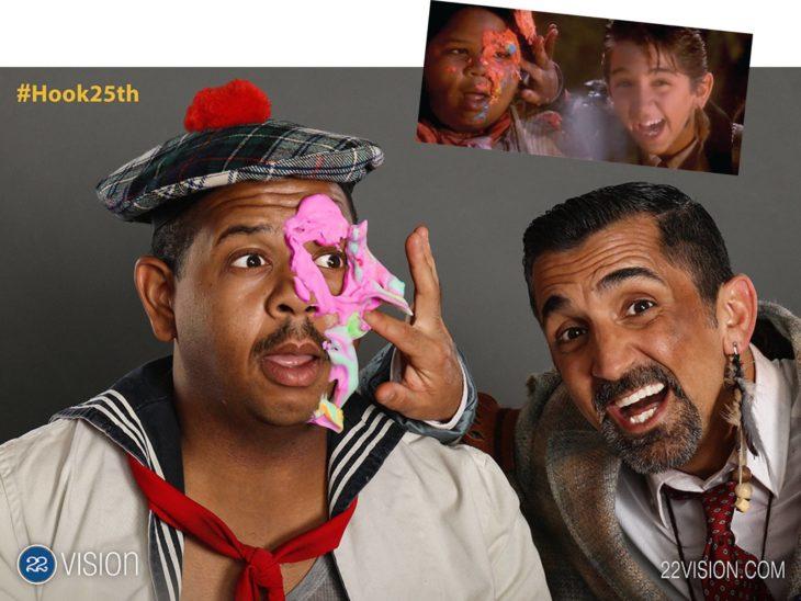 25 Aniversario Hook. dos actores que personificaron a los niños perdios recrean escena donde hay una batalla de comida