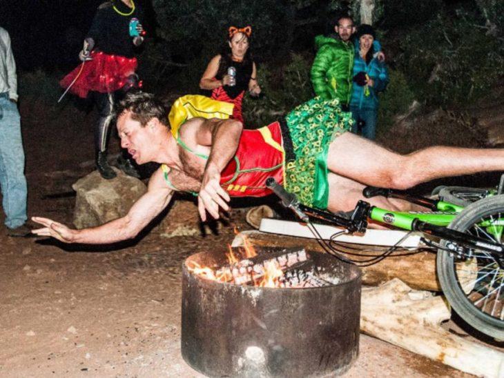 hombre con ropa de mujer cae en el fuego