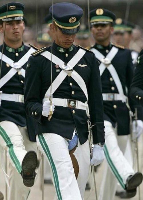 a soldados e le ven los calzones