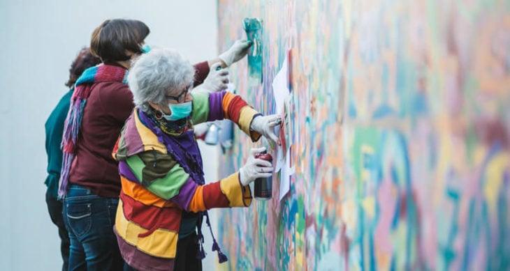 viejitas haciendo graffiti