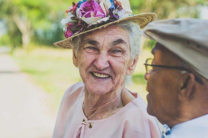 anciana mirando con una sonrisa a anciano