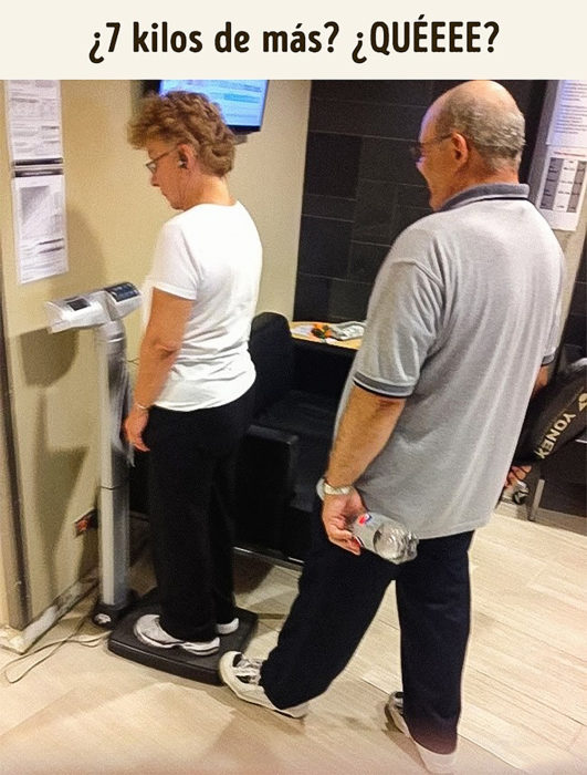 viejito pisando la báscula en la que su esposa se está pesando