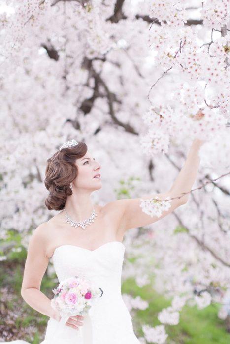 novia tocando cerezos