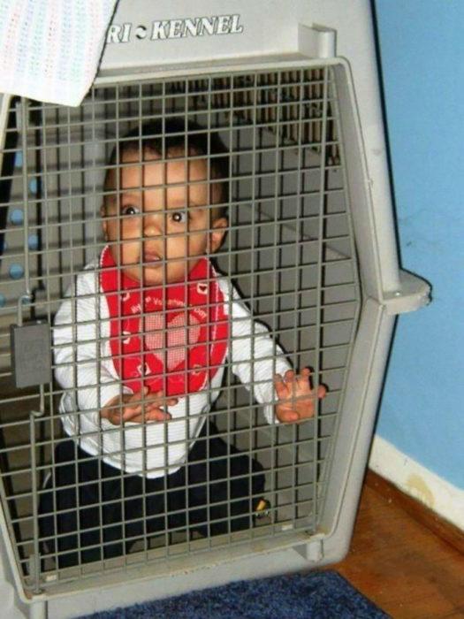 bebé dentro de una jaula de mascota