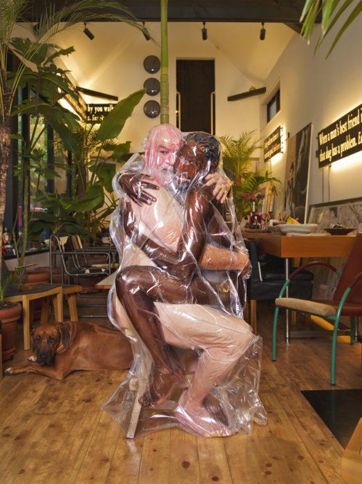 hombre y mujer desnudos en bolsas de plástico
