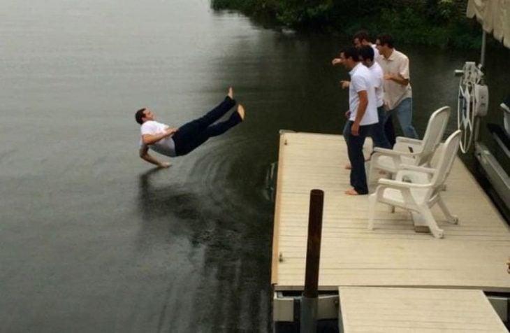 muchacho cae al agua