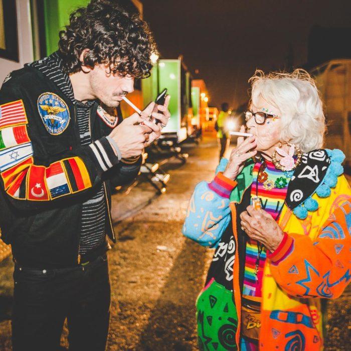 viejita fumando con un joven