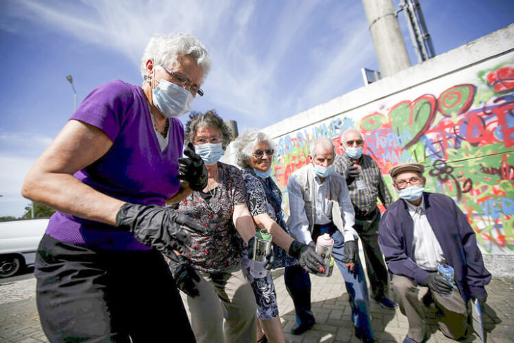 ancianas que graffitean