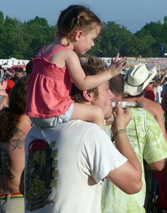 padre fumando hierba junto a su hija