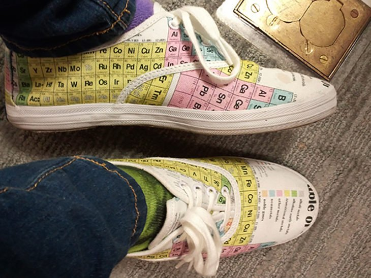 zapatos con la tabla periódica