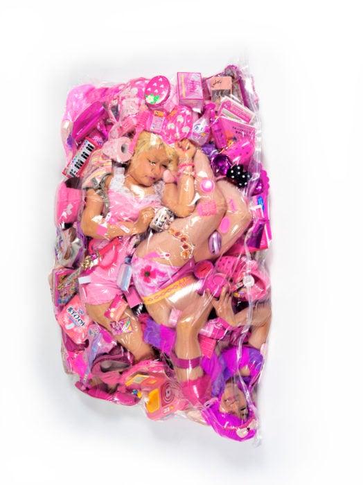 dos mujeres con juguetes dentro de una bolsa de plástico