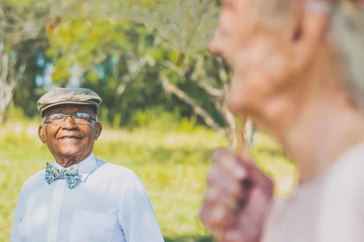 anciano viendo con amor a anciana