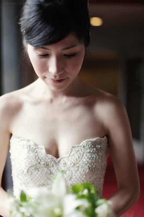 novia viendo su ramo de flores