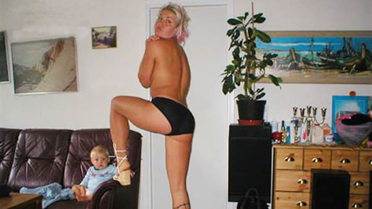 madre desnuda frente a su bebé
