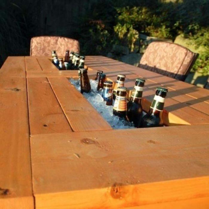 mesa de jardín con cervezas