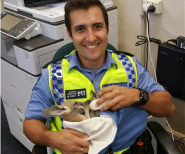 policía con bebé canguro
