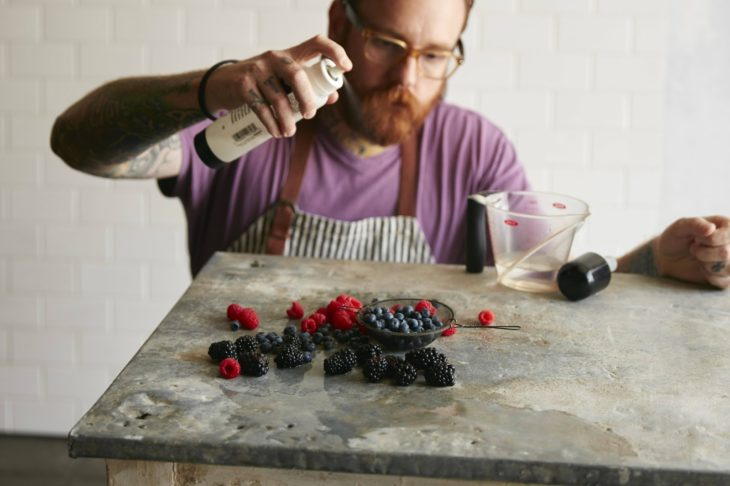 hombre rociando berries