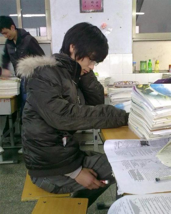 asiático copiando en un examen
