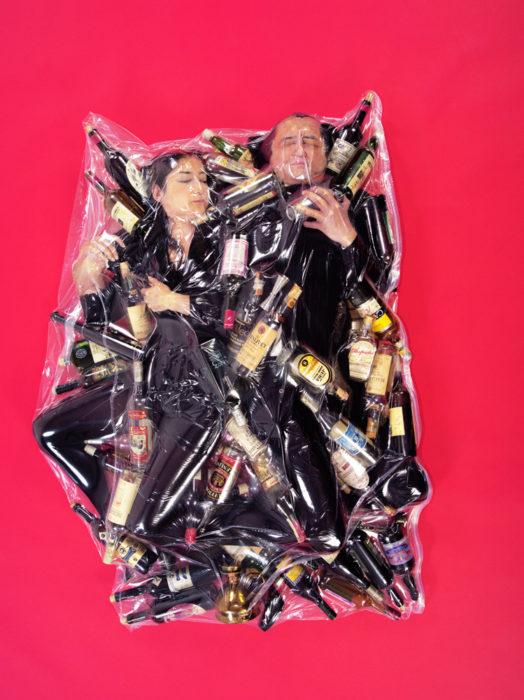 pareja con un montón de botellas envuelta en bolsa de plástico