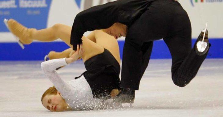 patinadores de hielo caen