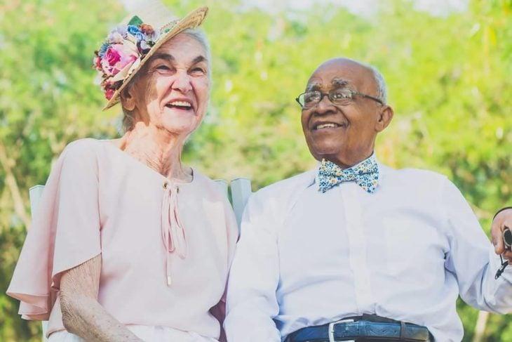 anciano sonriendo a anciana